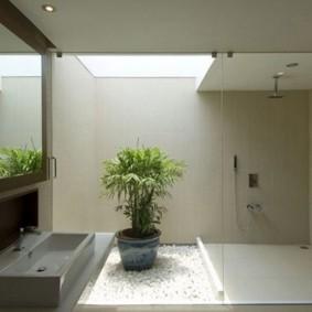 Живой цветок в интерьере ванной комнаты