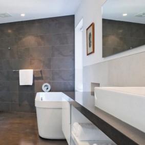 Серая плитка на стене в ванной комнате