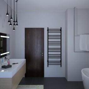 Полотенцесушитель-лесенка около двери в ванной