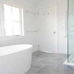 Белая ванна в светлом помещении