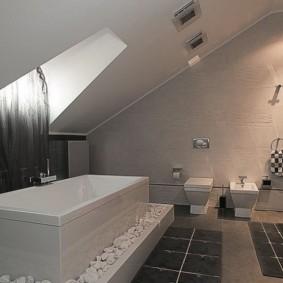 Прямоугольная ванна под окном в мансарде
