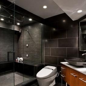 Белый унитаз в ванной с темной отделкой