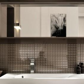Стеклянная плитка под шкафчиками в ванной