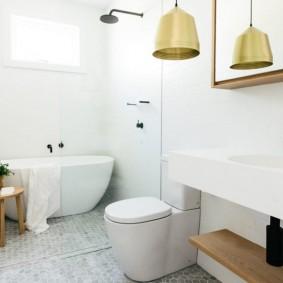 Деревянный табурет перед пластиковой ванной
