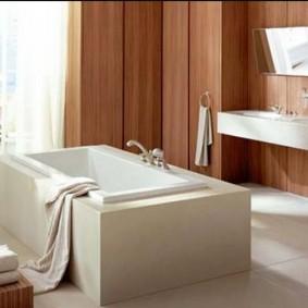 Прямоугольная ванна в просторной комнате