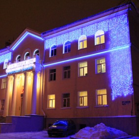Новогодняя иллюминация на фасаде общественного здания