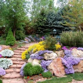 Садовая лестница между каменистыми клумбами