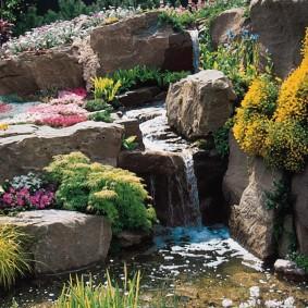 Каменный водопад на участке с рельефом