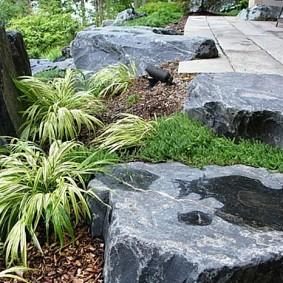 Красивые камни на садовой клумбе
