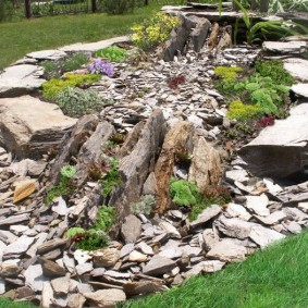 Садовый рокарий из колотого камня