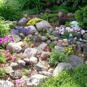 Садовый шланг на альпийской горке