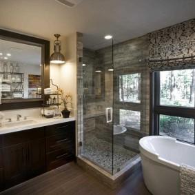 Душевая кабина в ванной с окном