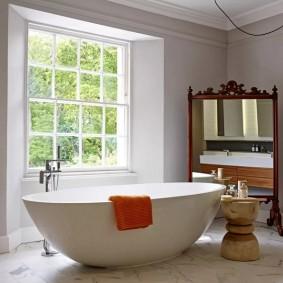 Акриловая ванна в комнате с окном