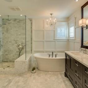 Оформление ванной комнаты с окошками в стене