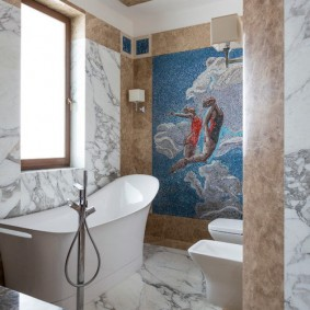 Мраморная плитка в небольшой ванной с окном