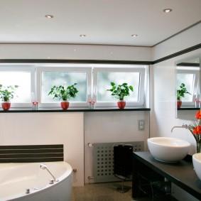Матовые стекла на окошках в ванной