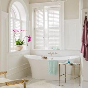 Белая ванная с окном в загородном доме