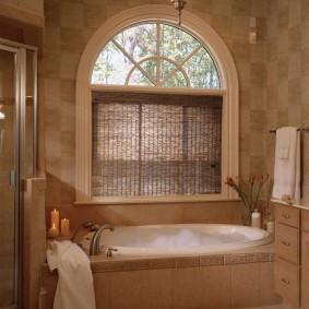 Шторка из бамбука на окне ванной комнаты