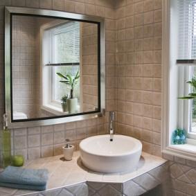 Отделка квадратной плиткой стен и столешницы в ванной