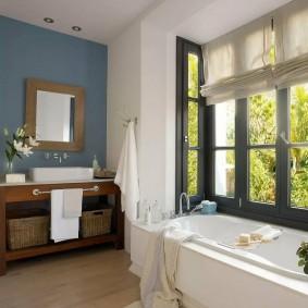 Римские шторы на серых рамах в ванной