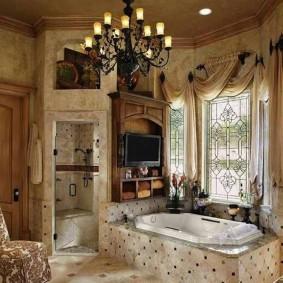 Черная люстра в ванной частного дома