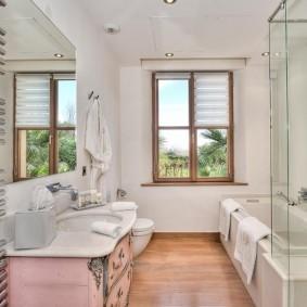 Светлая ванная с окном в стене