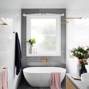 Небольшая ванна в узкой комнате