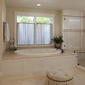Мягкий пуф посередине ванной комнаты