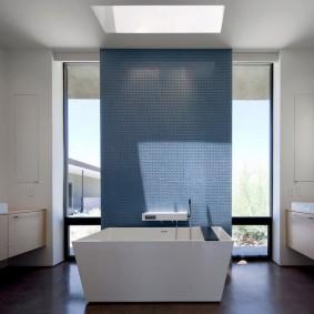 Синяя шторка перед окном в ванной