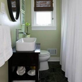 Небольшая ванная в деревенском стиле