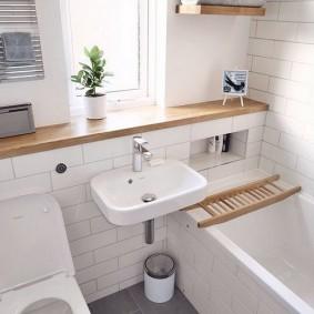 Деревянный подоконник над умывальником в ванной