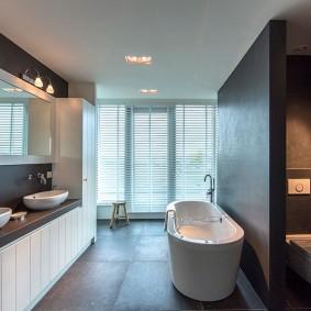 Контрастный интерьер современной ванной комнаты
