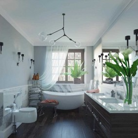 Живые орхидеи в вазе на столешнице в ванной