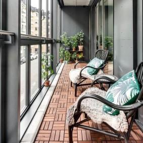 Садовый паркет на полу застекленного балкона