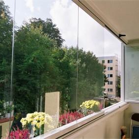 Безрамное остекления балкона в панельном доме