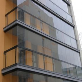 Безрамное остекление балкона на многоэтажном доме