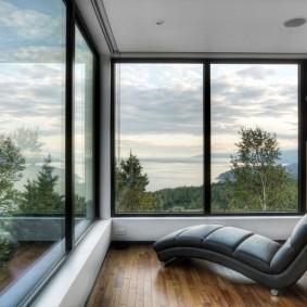 Большие окна на просторной лоджии