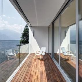 Безрамные окна на лоджии с деревянным полом