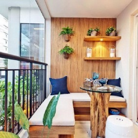 Интерьер остекленного балкона в эко стиле