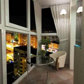 Белая занавеска на окне балкона