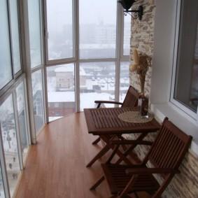 Садовая мебель на балконе в квартире