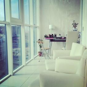Удобная мебель на просторном балконе