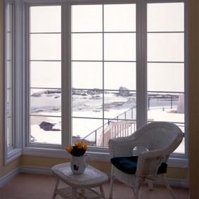 Зона отдыха на лоджии с панорамным окном