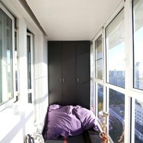 Темно-серые шкафы в торце балкона