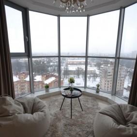 Остекление эркерного балкона французскими окнами