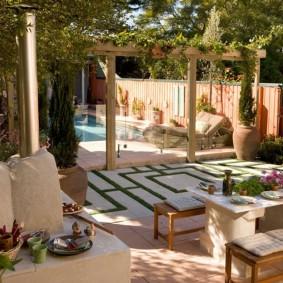 Дворик за домом с летним бассейном