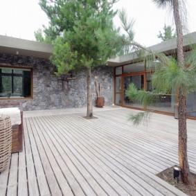 Внутренний дворик с покрытием из террасной доски