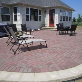 Садовая мебель на патио с тротуарной плиткой
