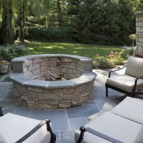Удобные кресла вокруг каменного кострища