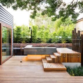 Деревянное покрытие дворика в стиле минимализма